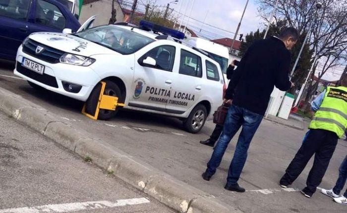 masina-politia-locala-blocata-de-ingerii-galbeni-2